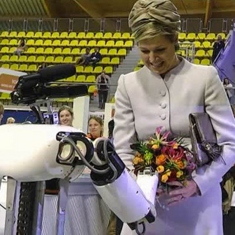 Robot presents bouquet to Princess Maxima