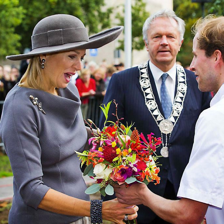 Princess Maxima receives bouquet with gloriosa flowers