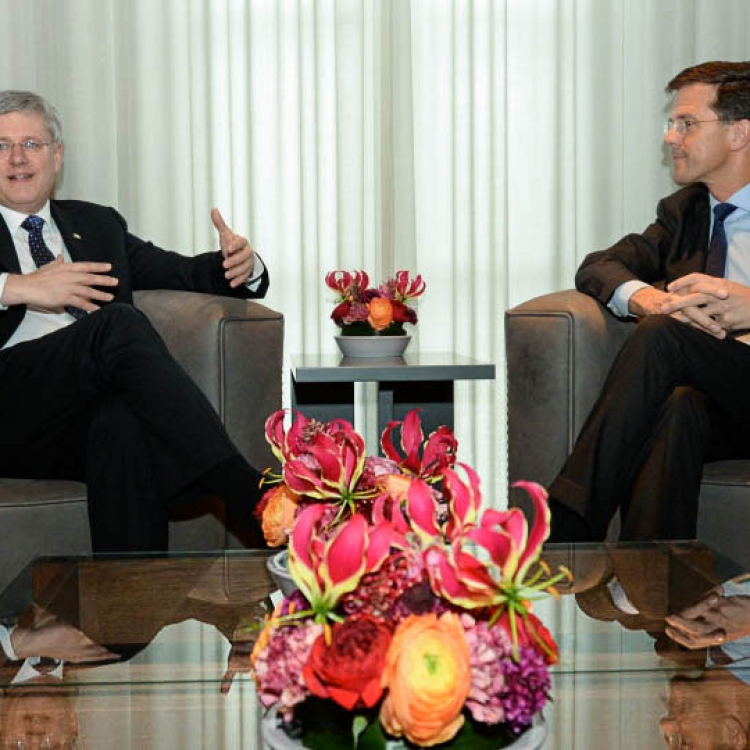 Stephen Harper and Mark Rutte with Gloriosa flower arrangement