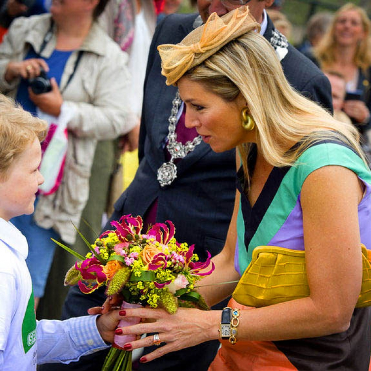 Princess Maxima receives a bouquet containing gloriosa lillies